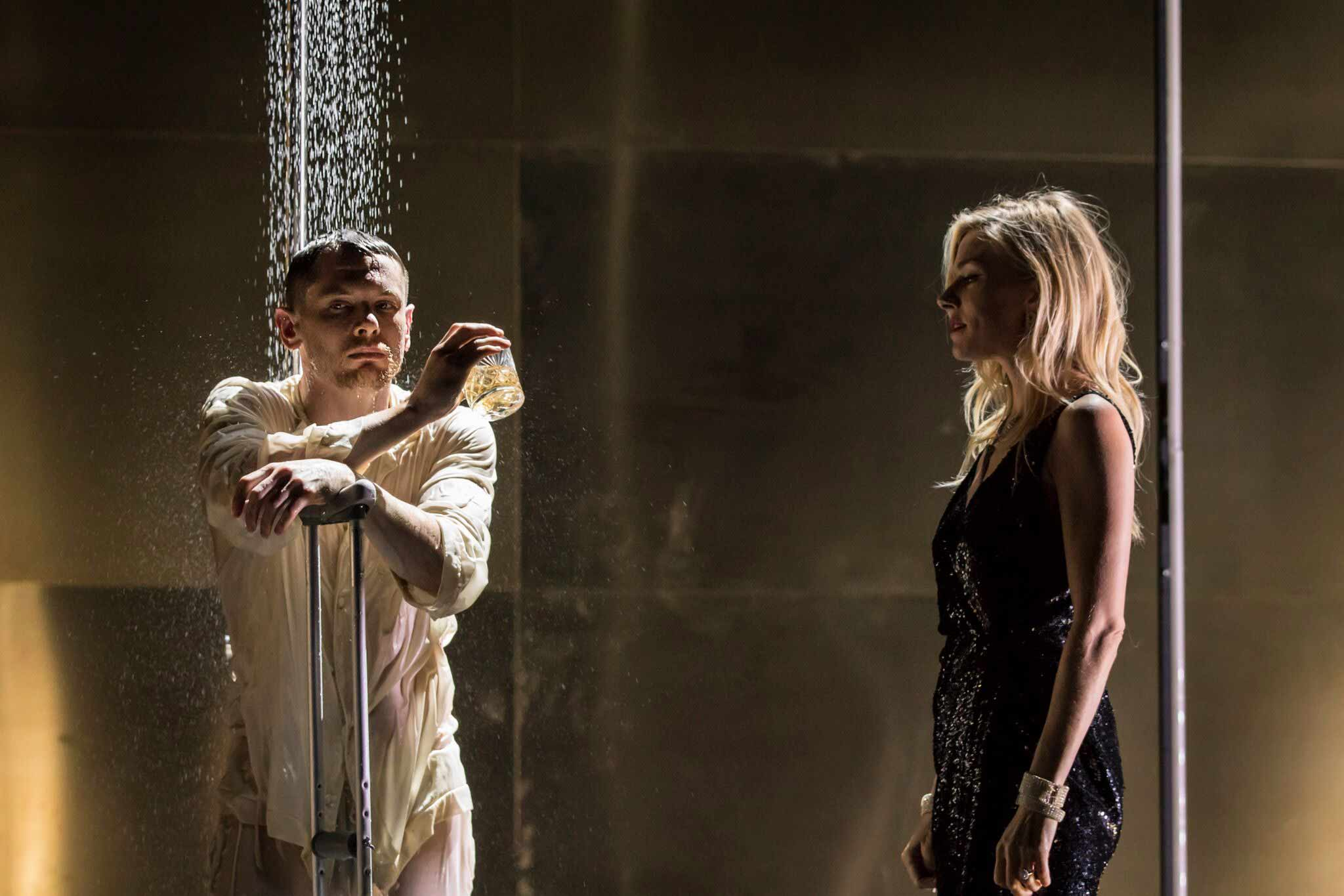 l-r_jack_oconnell_brick_and_sienna_miller_maggie-_cat_on_a_hot_tin_roof_-_photographer_credit_johan_persson