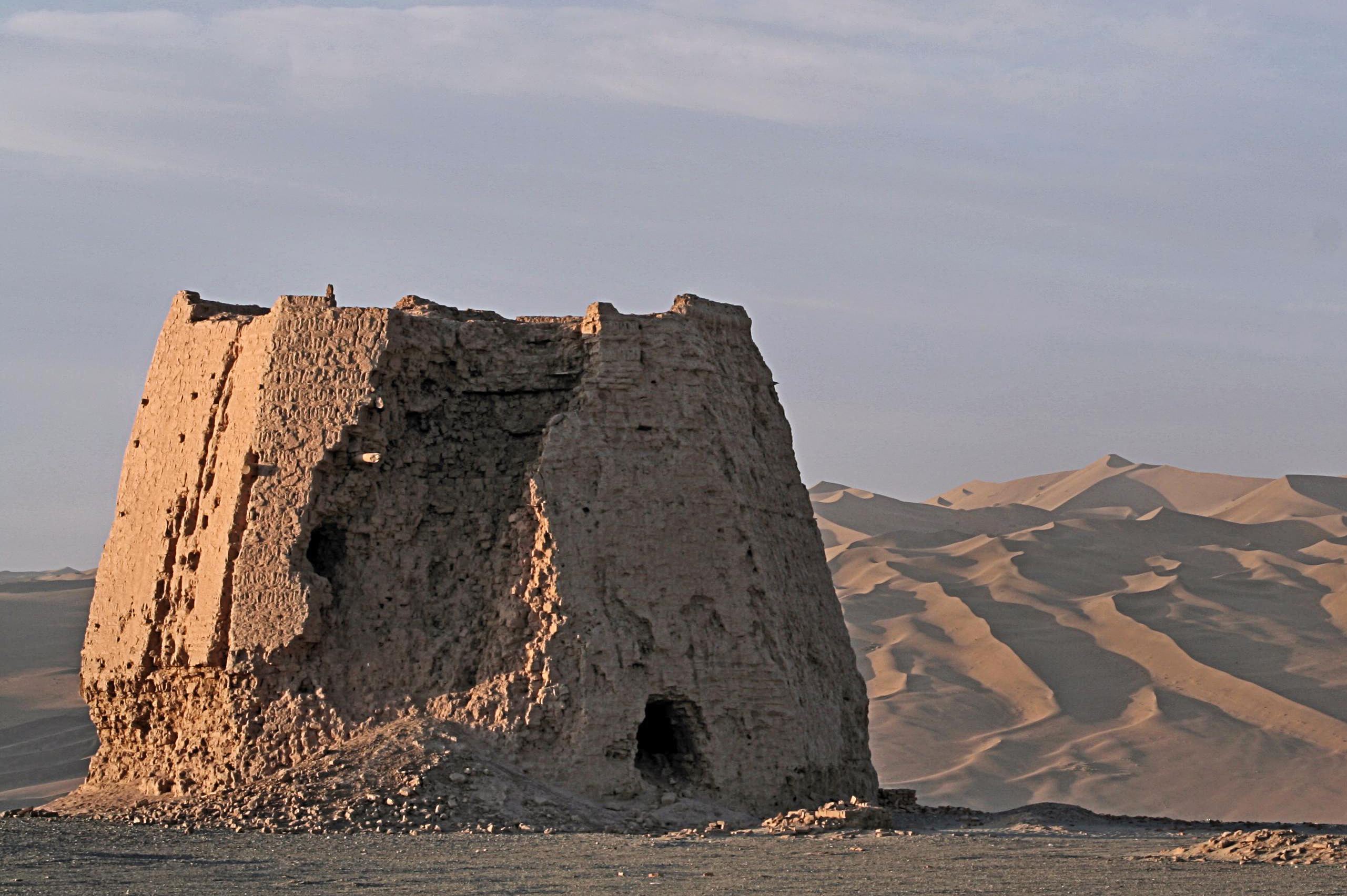 Summer_Vacation_2007,_263,_Watchtower_In_The_Morning_Light,_Dunhuang,_Gansu_Province